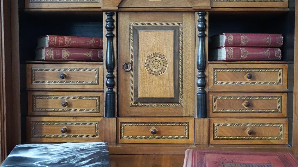 Antike Möbel im Sprechzimmer